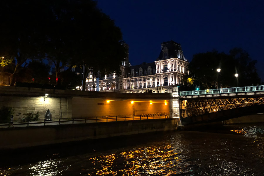 Best Paris boat tour tips for sightseeing cruise on the seine in Paris, France.